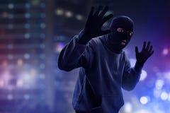 Maskerad tjuv som fångas av polisen royaltyfria bilder