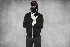 Maskerade bärande handskar för man Arkivfoton