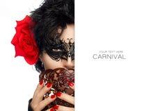 maskerade De Helftgezicht van de geheimzinnige Vrouw met Zwart Masker Carniv stock fotografie