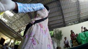 Maskerade individer som dansar på bröllopkorridor lager videofilmer