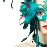 Maskerade-Karnevalsmaske der vorbildlichen Frau der Schönheit tragende venetianische stockfoto