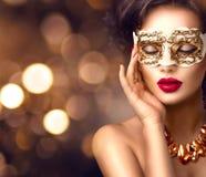 Maskerade-Karnevalsmaske der vorbildlichen Frau der Schönheit tragende venetianische an der Partei Lizenzfreie Stockfotos