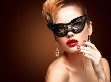 Maskerade-Karnevalsmaske der vorbildlichen Frau der Schönheit tragende venetianische an der Partei lokalisiert auf schwarzem Hint lizenzfreies stockfoto