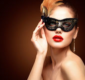 Maskerade-Karnevalsmaske der vorbildlichen Frau der Schönheit tragende venetianische an der Partei lokalisiert auf schwarzem Hint Lizenzfreie Stockbilder