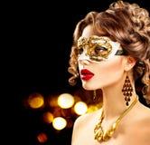 Maskerade-Karnevalsmaske der vorbildlichen Frau der Schönheit tragende venetianische Lizenzfreie Stockfotografie