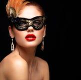 Maskerade-Karnevalsmaske der vorbildlichen Frau der Schönheit tragende venetianische an der Partei lokalisiert auf schwarzem Hint Stockfotos