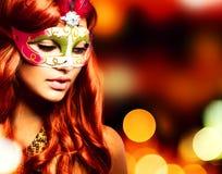 Maskerade. Mädchen in einer Karnevalsschablone Lizenzfreie Stockfotos