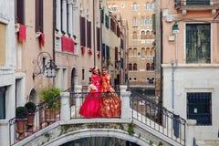 Maskerade par på bron royaltyfri fotografi
