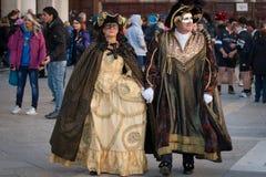 Maskerade traditionella kopplar ihop Royaltyfri Foto