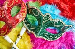 Maskerade van close-up de rode en groene Carnaval, Venetiaanse maskerplaats op de kleurrijke pluizige, Hoogste mening stock fotografie