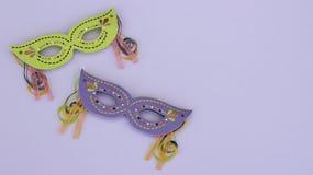 Maskerademasken auf einem purpurroten Hintergrund stockfoto