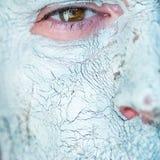 Maskering av blå lera på manframsida Arkivfoton