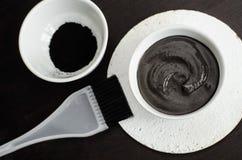 Maskering för DIY-kolframsida i en liten keramisk bunke Hemlagade skönhetsmedel Royaltyfria Bilder