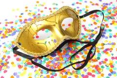 Maskering för karneval med konfettier Royaltyfri Bild