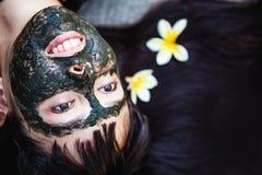 Maskering för lera för kvinnamakngsvart royaltyfri fotografi