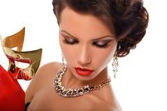 Maskering för maskerad för skönhetmodellkvinna bärande venetian på partiet över ferie Glamour l Arkivbilder