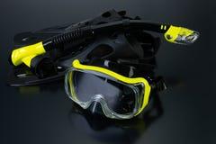 Maskering och rör för dykning arkivfoto