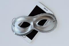 Maskering på mobiltelefonen - begrepp av avskildhet, säkerhet och anonymitet av mobiltelefoner arkivbild