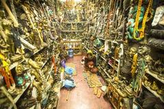 Maskeringar, dockor och souvenir i gata shoppar på den Durbar fyrkanten Royaltyfri Fotografi