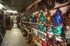 Maskeringar, dockor och souvenir i gata shoppar på den Durbar fyrkanten Royaltyfri Foto