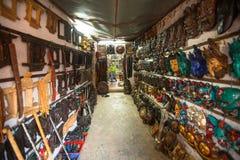 Maskeringar, dockor och souvenir i gata shoppar på den Durbar fyrkanten Arkivfoton