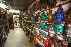 Maskeringar, dockor och souvenir i gata shoppar på den Durbar fyrkanten Arkivfoto