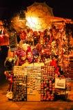 Maskeringar och andra souvenir för turister hänger på en kiosk Royaltyfria Foton