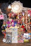 Maskeringar och andra souvenir för turister hänger på en kiosk på en gata i Venedig, Italien Royaltyfri Fotografi
