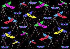 Maskeringar och konfettier på den svarta bakgrunden Maskeraden, karnevalet Arkivfoton
