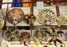 Maskeringar traditionellt som är slitna under karnevalet av Venedig Royaltyfri Foto
