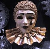 Maskeringen för pierrotmaskeraddräkten som är till salu i ett traditionellt Venetian lager/, shoppar royaltyfri foto