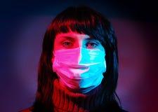 maskeringsläkarundersökningkvinna Royaltyfri Foto