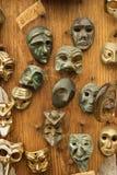 Maskers die op muur hangen. Stock Fotografie