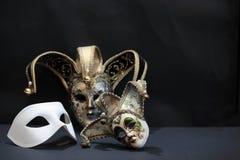 Maskers op Dark Stock Foto