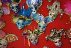 Maskers in Venetië dat omhoog hangt Royalty-vrije Stock Afbeelding