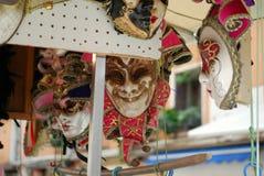 Maskers in Venetië dat omhoog hangt Royalty-vrije Stock Afbeeldingen