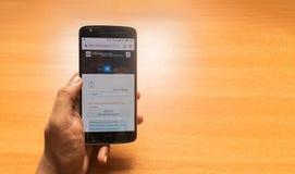 Maski, Inde 27, mai 2019 : Concept de la carte d'identification d'?lecteur d'Appling en ligne utilisant le t?l?phone portable photographie stock libre de droits