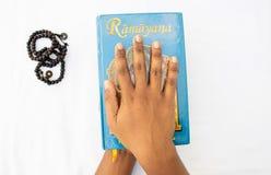 Maski, Karnataka, Índia - março 07,2019: Guardar do livro hindu épico de Ramayana da mitologia no fundo isolado fotografia de stock
