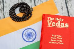 Maski, Karnataka, Inde - mars 13,2019 : Le Vedas saint sur le fond texturisé en bois avec le drapeau indien image stock