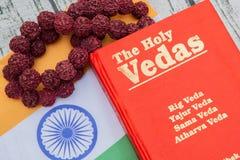 Maski, Karnataka, Inde - mars 13,2019 : Le Vedas saint sur le fond texturisé en bois avec le drapeau indien photographie stock libre de droits