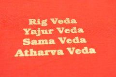 Maski, Karnataka, Inde - mars 13,2019 : Les quatre types de Vedas saint imprimés sur le papier texturisé rouge image libre de droits