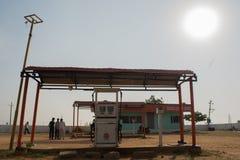 Maski Karnataka, Indien - 10/23/2018: Tom indisk oljabensinbensinstation i varm solig dag med solen på bakgrunden royaltyfri bild
