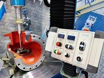Maskin för att mala och att svepa av rörledningmonteringar arkivfoto