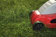 Maskin för att meja Röd gräsklippningsmaskin Arkivfoton