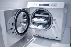 Maskin för att sterilisera medicinsk utrustning fotografering för bildbyråer