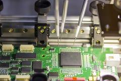 Maskin för automatiskt system för tillverkning av brädet för utskrivaven strömkrets royaltyfria foton