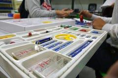 Maskin för barn` som s är församlad från delar av formgivaren robotics Plast-delar för formgivaren arkivbilder