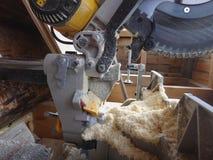 Maskin för bitande trä och sågspån Arkivfoto