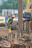 Maskin för cofferdam för stålarkhög på konstruktionsplatsen Arkivfoto