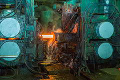 Maskin för fortlöpande rollbesättning på den metallurgical växten Fotografering för Bildbyråer